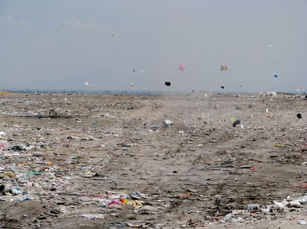 Vue du Bordo Poniente, la plus grande décharge publique de Mexico....Ce ne sont plus les feuilles des arbres qui volent, mais les sacs en plastique...