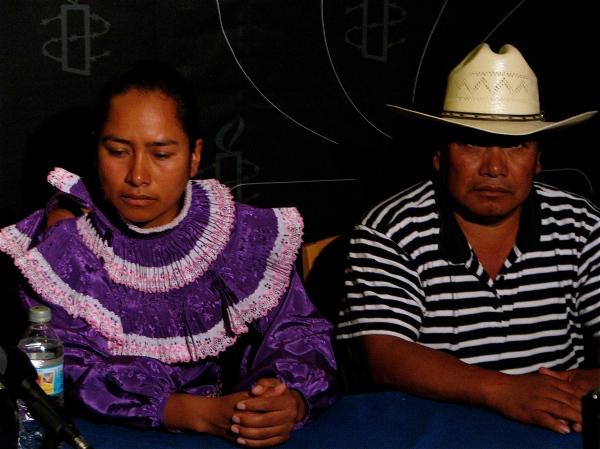 L'injustice dont est victime Jacinta Francisco Marcial affecte toute sa famille. Sur la photo, la fille de Jacinta, Estela Hernandez, et le mari de Jacinta, Guillermo Francisco.