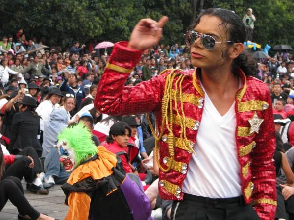 """""""Hector Jackson"""", l'imitateur mexicain qui a incarné Michael Jackson durant la chorégraphie de Thriller, hier sur la Place de la République à Mexico...."""