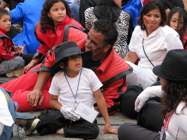 Même les enfants se sont déguisés à la façon de Michael Jackson!