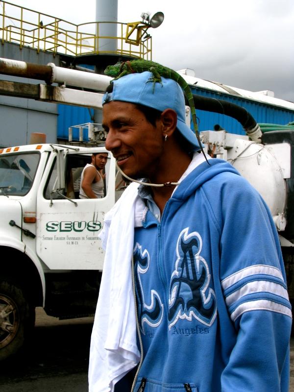 Jeune homme et son iguana à Mexico...